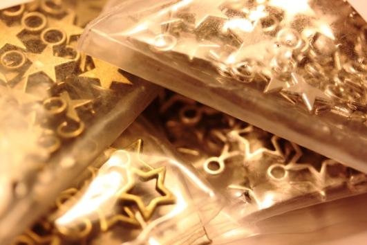 étoiles dorées et argentées