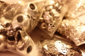 Têtes de mort, perles, Peace & Love
