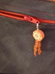 grigris coloré sur poche en suédine appliquée